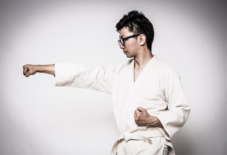 道着姿で正拳突きを繰り返す男性